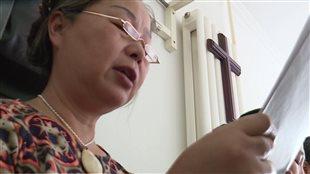 Une femme chinoise et une croix chrétienne