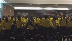 Fort McMurray : danse de courage des pompiers sud-africains arrivés en renfort
