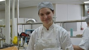 Mylène Sirois, étudiante en pâtisserie à l'École hôtelière de l'Outaouais CFP Relais de la Lièvre-Seigneurie