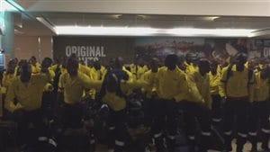 pompiers sud-africains à l'aéroport d'Edmonton en train de danser