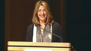 Naomi Klein lors de son allocution au 85e Congrès des sciences humaines de Calgary.