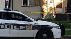 Voiture de police devant une résidence de la rue Langside