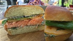 Burger de saumon grillé et salade de chou