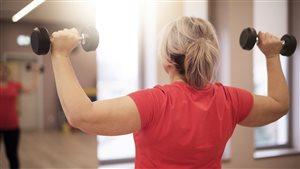 Une femme exécutant un programme d'entraînement
