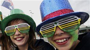 Deux jeunes portant des chapeaux et des lunettes aux couleurs de l'Australie