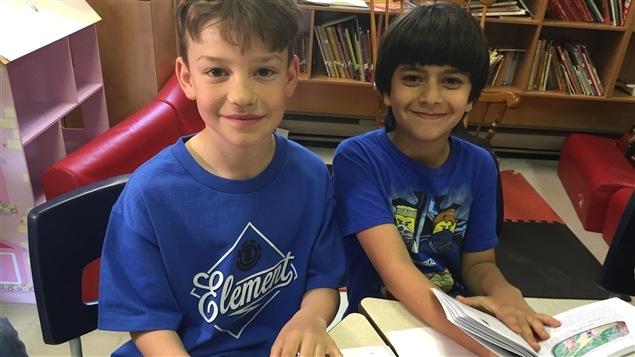 Émile et Carl ont fait un travail de graphisme pour embellir les dessins de leurs petits camarades.