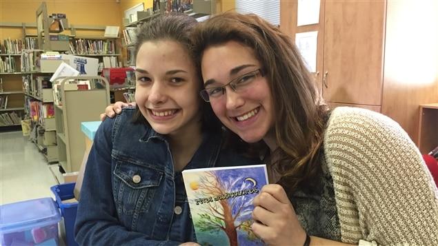 Léa Choquette et Arielle Cormier ont fait partie des cinq élèves du secondaire qui sont venues superviser le projet dans le cadre de leurs études.