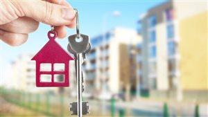Une clé et un porte-clé à l'image d'une maison