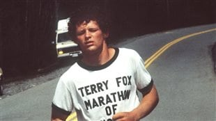 Terry Fox poursuit son Maraton de l'espoir en 1980.