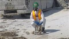 Des professionnels à la recherche d'objets perdus à Fort McMurray