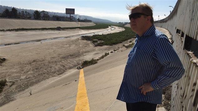 Christopher Harris, du syndicat des gardes-frontières, se tient du côté américain de la frontière.
