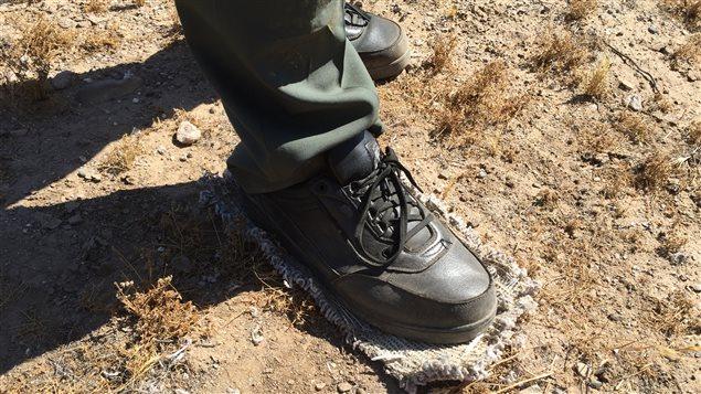 Les clandestins attachent des morceaux d'étoffe sous leurs souliers pour ne pas laisser de traces.
