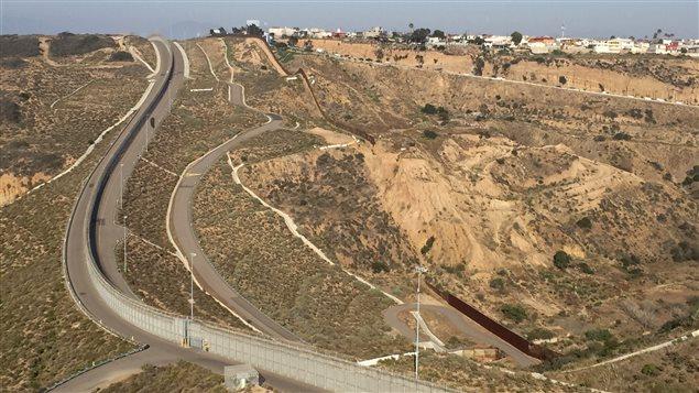 La région de San Diego-Tijuana comprend un des systèmes de sécurité les plus sophistiqués le long de la frontière entre les États-Unis et le Mexique.