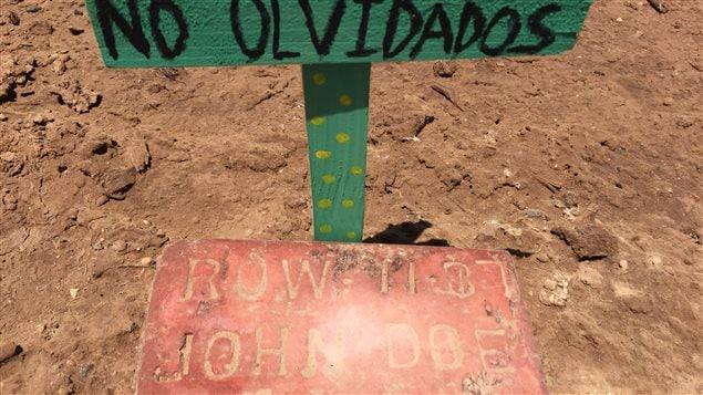 Des morts anonymes dans un cimetière de fortune aménagé pour ceux qui ont péri en tenant d'enter illégalement aux États-Unis.