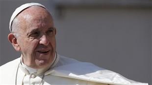 Le pape François va à la rencontre du public à la place St-Pierre au Vatican.