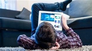 Un adolescent devant un écran