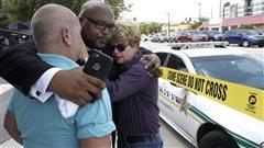 Orlando : le drapeau arc-en-ciel se hisse un peu partout en guise de solidarité