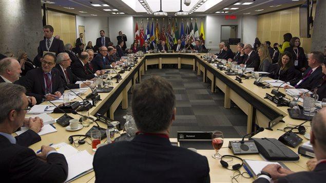 Le ministre des Finances, Bill Morneau, et ses homologues des provinces en décembre dernier.