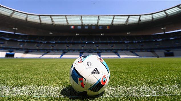 Un ballon sur la pelouse du Stade de France