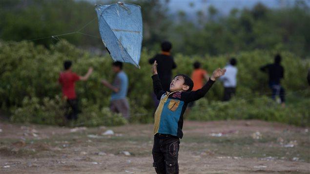 Un enfant afghan réfugié en banlieue d'Islamabad, au Pakistan, fait voler un cerf-volant.