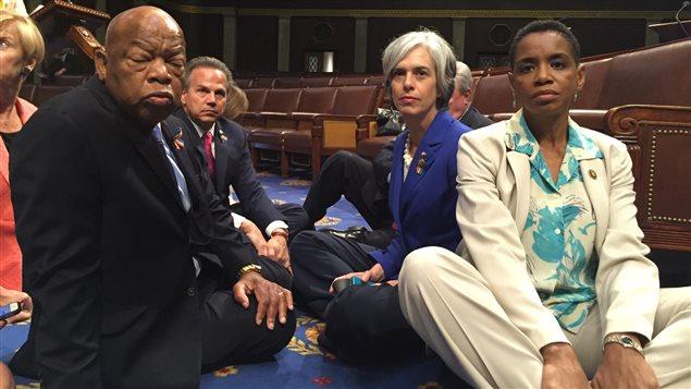 Des représentants démocrates, dont Donna F Edwards (à droite) et John Lewis (à gauche), tiennent un sit-in sur le sol de la Chambre des représentants, le 22 juin 20156 à Washington.
