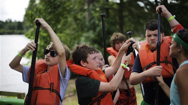 Certains camps de vacances offrent des activités nautiques, comme le canot.