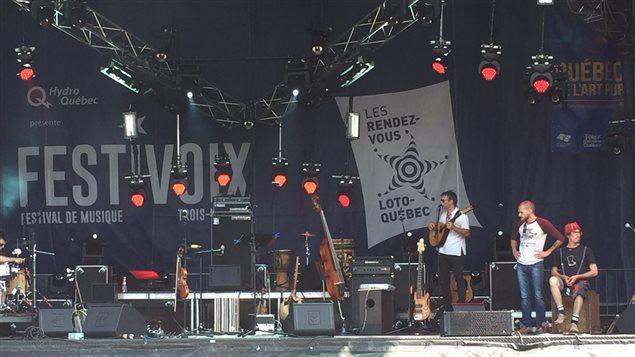 Nicolas Pellerin et les Grand Hurleurs sur scène.