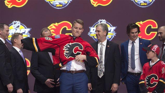 Avec le sixième choix du premier tour, les Flames sélectionnent Matthew Tkachuk des Knights de London