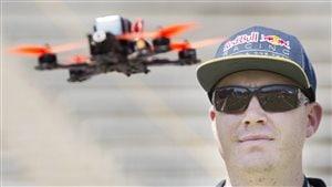 Un pilote de drone à Montréal