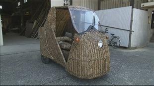 Une voiture en bambou fabriquée par un Japonais.
