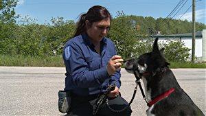 Roxanne Morissette avec un chien.