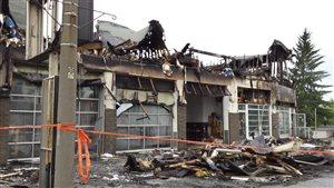 Un incendie détruit un immeuble à logements et un commerce à Rouyn-Noranda, avenue Larivière.