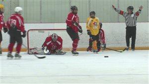 L'équipement et les règlements sont adaptés au hockey pour aveugles.