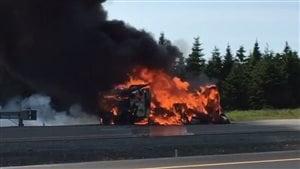 Un véhicule récréatif a pris feu sur l'autoroute en Nouvelle-Écosse.
