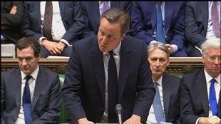 Quatre jours après le vote du Royaume-Uni en faveur de sa sortie de l'Union européenne, le premier ministre David Cameron a déclaré que le processus de départ devait être enclenché, mais qu'il appartiendrait à son successeur de le faire. Pour lui, il faut sortir de l'Europe, mais sans lui tourner le dos.  (27 juin 2016)