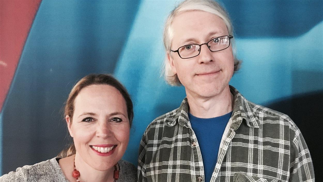 Célyne Gagnon sourit avec Kris Fleerackers, notre expert en expressions de la Belgique flamande.