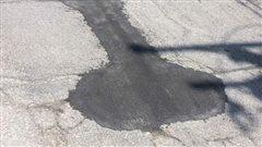 Une rue d'Aylmer réparée deux fois pour effacer des formes sur l'asphalte