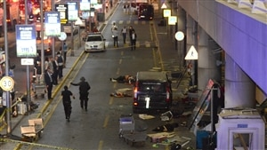 Des corps gisent sur le sol à l'aéroport d'Istanbul.