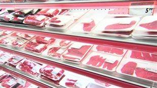 De la viande emballée sur des étagères