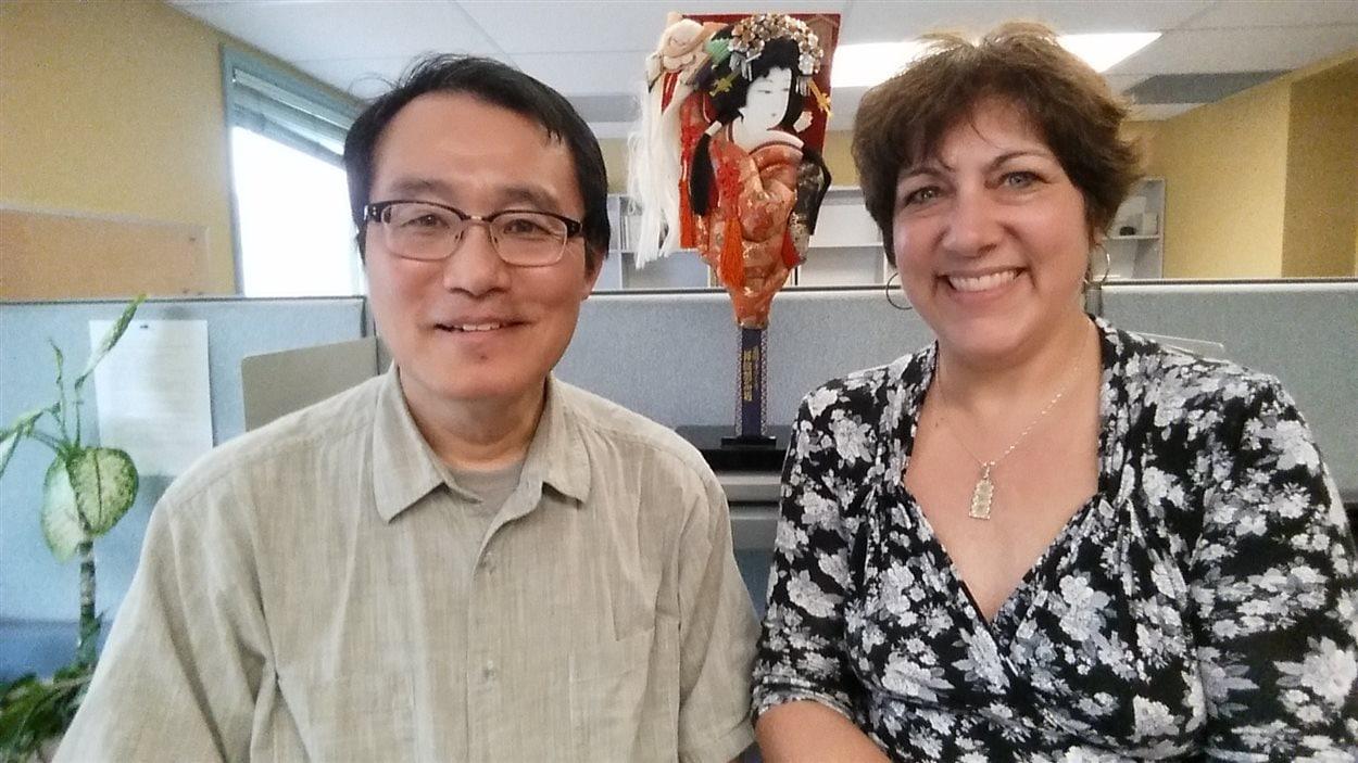 Yukihiro Shiokawa et Joanne Lussier, collaboratrice de l'émission, posent pour la photo aux studios Radio-Canada à Winnipeg.
