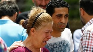 Une femme pleure la mort d'un parent au lendemain des explosions dans l'aéroport d'Istanbul.