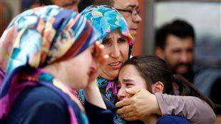 Des membres d'une famille éprouvée par la mort d'un proche dans l'attentat d'Istanbul