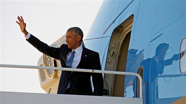 Le président Obama monte à bord d'Air Force One pour se rendre au Canada.