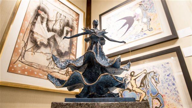 Une pièce de Dali devant des oeuvres de Riopelle.
