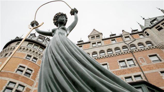 Alice aux pays des merveilles, un bronze créé en 1977 par Salvador Dali.