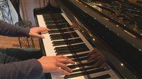 Des doigts sur un piano.