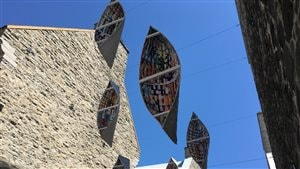 L'installation Passe migratoire de Giorgia Volpé est située rue de la Place.