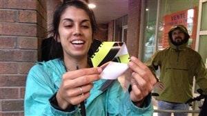 Stéphanie Schanck tient un ruban de Möbius en papier dans ses mains.