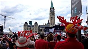 Les spectateurs sont massés pour le spectacle du midi, sur la colline du Parlement.