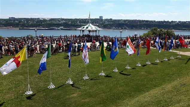 Des drapeaux des 10 provinces et 3 territoires ont été hissés lors de la cérémonie.